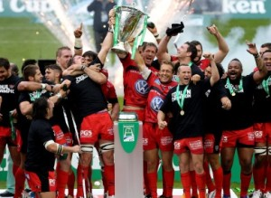 jonny-wilkinson-lifts-the-heineken-cup-390x285